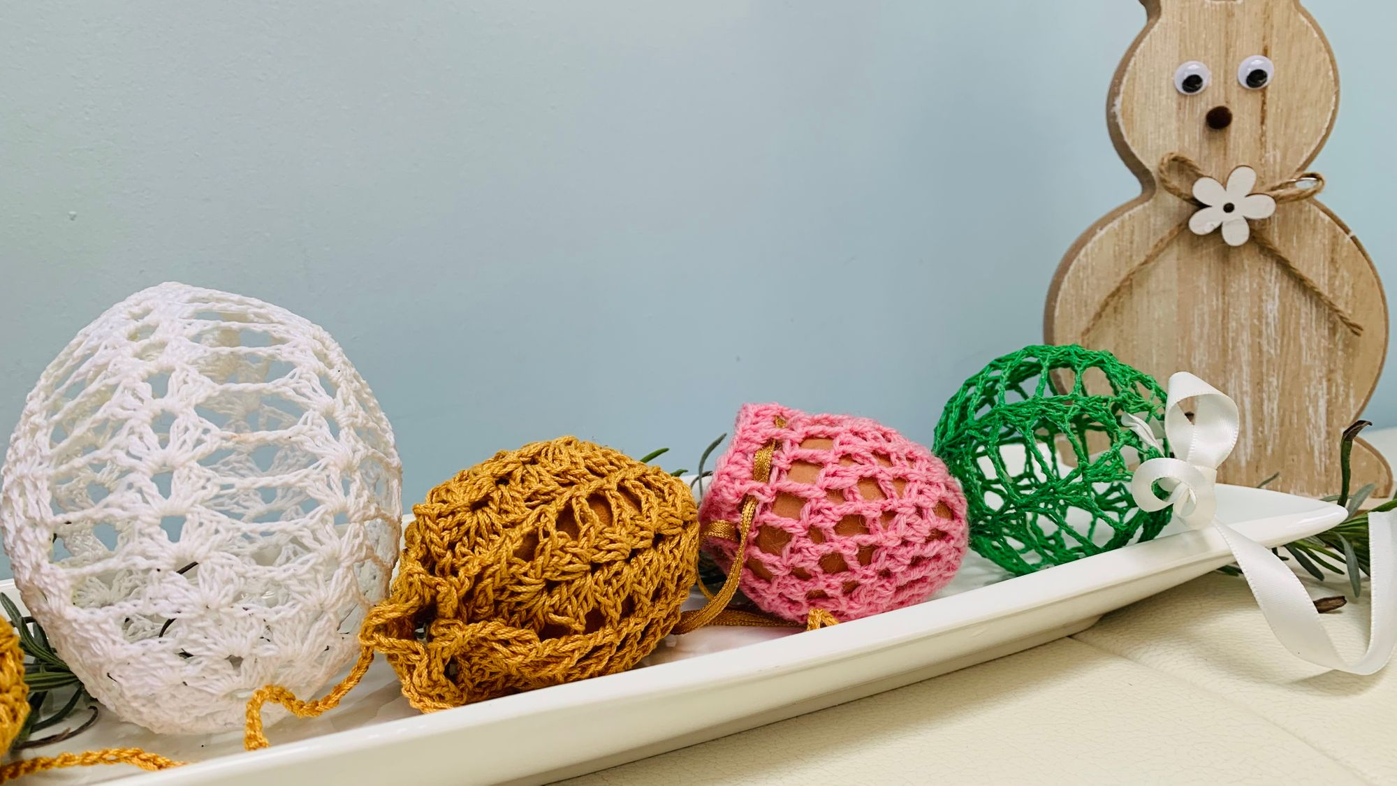 Ręcznie robione ubranka na jajka sprawiły, że nasze jajka w tym roku nabrały innego koloru ;-)